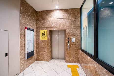 エレベーターで『地上階』へ上がってください。