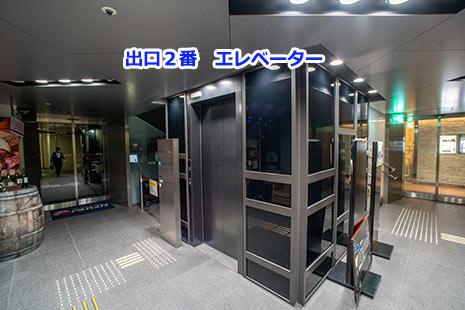 通路を奥に進むとエレベーターがあります。