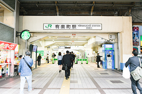 JR有楽町駅の『京橋口』を出てください。京橋口からのご案内です。目の前は『銀座交通会館』です。