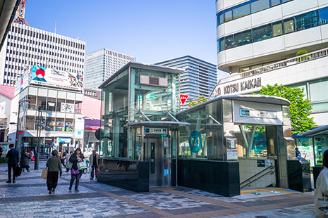 JR有楽町駅の『京橋口』を出ましたら左へ進んでください。『紅虎餃子房有楽町店』が見えるほうです。
