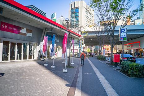 『無印良品』の前の歩道をまっすぐ進んでください。『銀座インズ3』が見えてきて『有楽橋交差点』に出ます。ここから当店までは直進になります。